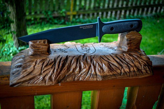 vyřezávaný stojan na nůž